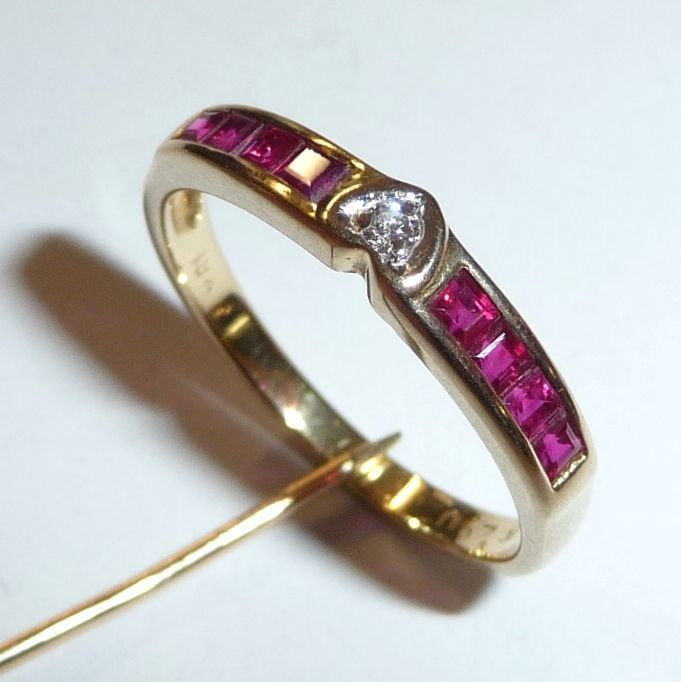 Ring in 750/18 kt yellow gold set with 8 square rubies and a diamond, Size 55/17.5 mm.