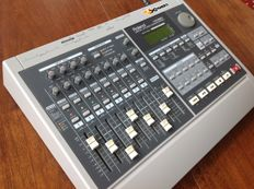 Roland VS880 Digital Studio Workstation 'VXpanded' - 24-bits Top 8-Track Multitrack Recorder