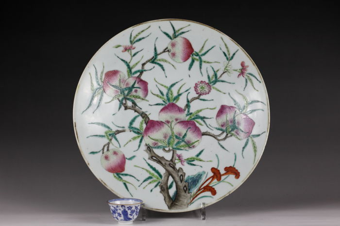 A large 34,5cm magnificent and fine Famille rose porcelain peach dish/charger - China - 19th century