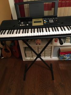 Pianola with base Yamaha ypt-220