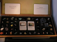 Minerals in a wooden box entirely complete 1200 g (38)