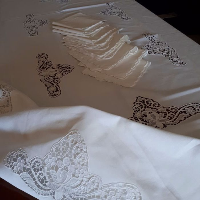Elegant linen and Burano lace tablecloth - 12 people - 1960s - Italy