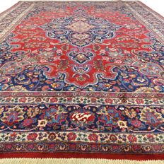 "Signed Meshed - 361 x 270 cm - ""Impressive eye-catcher - XL-Persian carpet in splendid, used condition"" - With certificate"