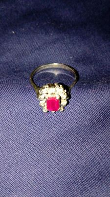 18 kt gold ring with 2.5 ct red ruby and 10 diamonds, VVF, 0.10 ct each – size 15
