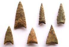 Lot with Neolithic arrowheads 23-40 mm (6)