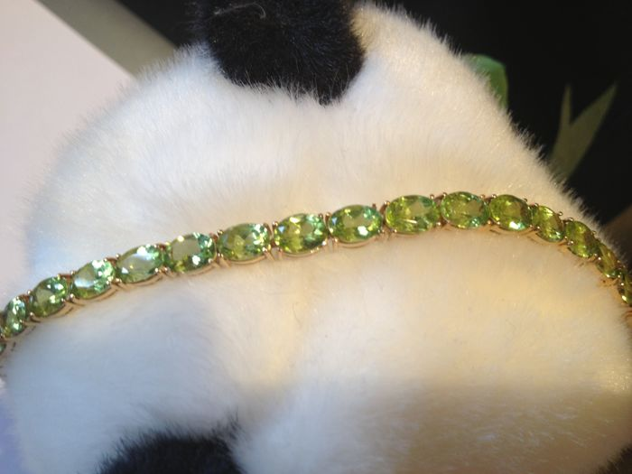 Bracelet with natural peridot, set on 14 kt gold. 20 cm