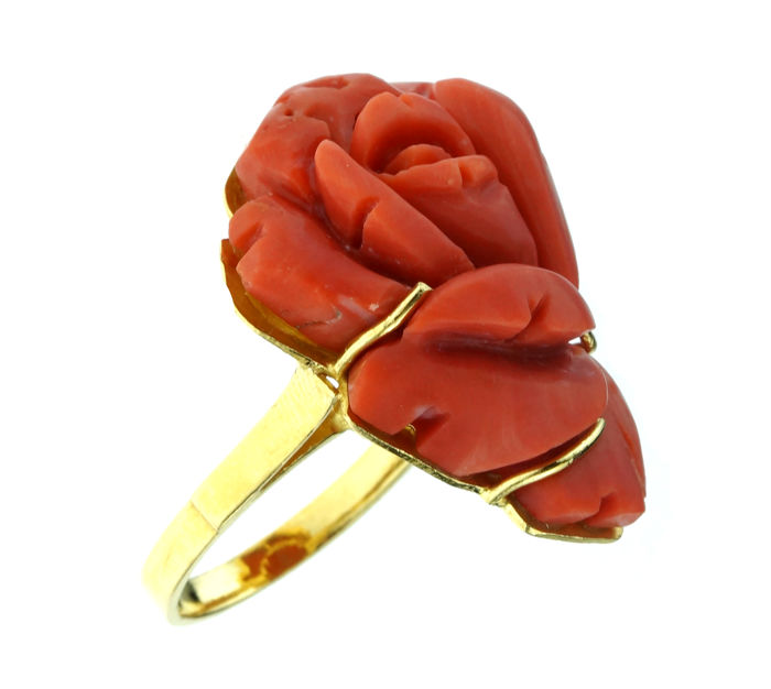 21 kt gold ring set with cut blood coral - size 18