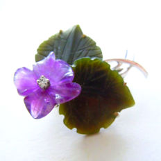 Brooch pendant flower of amethyst flowers with jade leaves and diamonds made of 585 / 14kt white gold