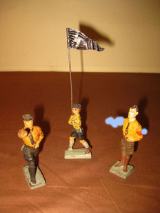 Elastolin/Lineol, Germany - 1/26 - Lot with composition Rudolf Hess, Hitler Jugend flag bearer and marching SA-man, 1930s
