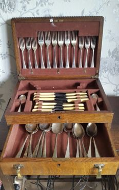 Antique set of 44 cutlery pieces for fish, silver-plated with wooden box, by Joseph Fenton 1937