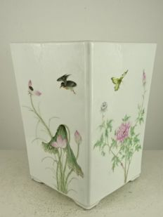 An exceptional porcelain planter - China - Republic period (1912-1949)