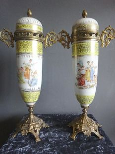 2 vases with bronze handles and foot