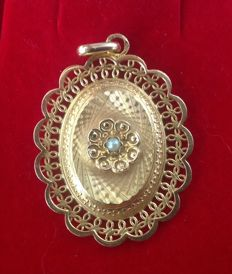 Beautiful 18 kt gold embossed pendant with a small pearl in the centre.