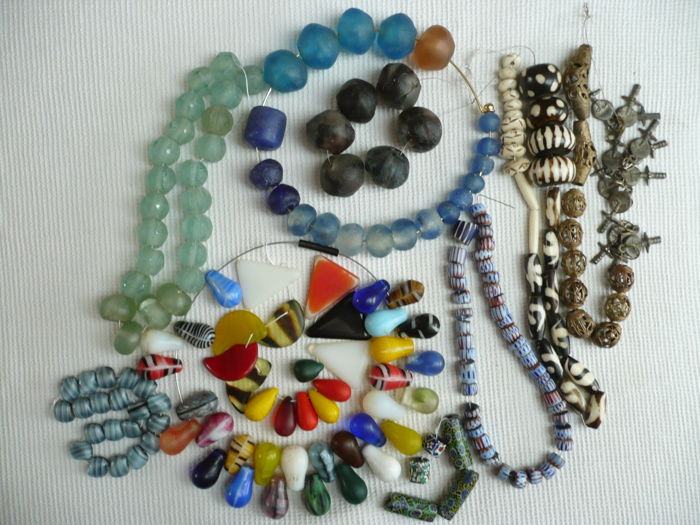 Lot of ethnic beads in glass, bone, horn, metal.