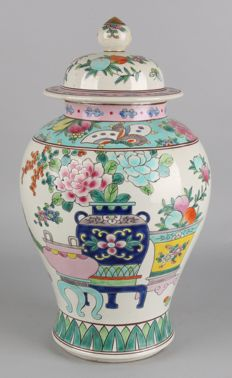 Large Chinese porcelain lidded pot with floral decorations – China – 2nd half 20th century