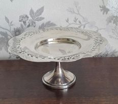 Beautiful centrepiece with scalloped edge and pierced decoration with base