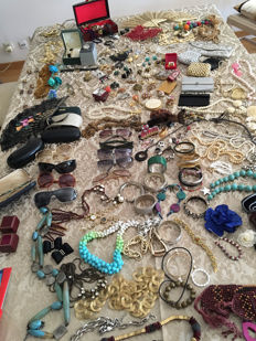 Large collection of jewellery with vintage pieces