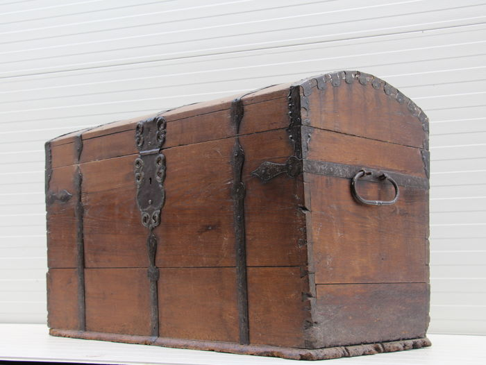 Oak blanket chest / Bookcase with wrought iron fittings - the Netherlands - late 17th century
