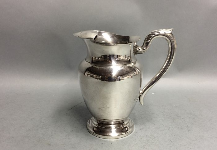 Silver plated water jug on a low base, with stopper for ice cubes, Oneida, U.S.A, ca. 1925