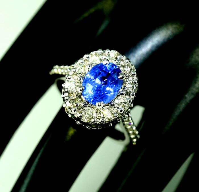 IGI certified Blue sapphire 3.06 ct. ( Untreated )  and Diamond Ring in White gold