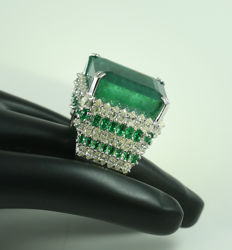 IGI Certified Large Emerald 45.42 Ct. and 5.81 ct. Diamond Ring  with side 2.48 ct. Emeralds - Ring size : 54 (FR) and 17 NL