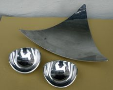 Lot of three (3) objects in aluminium. 1 triangular centrepiece + 2 bowls