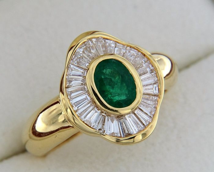 Jewellery ring in the shape of a 'skirt', Emerald with Diamond entourage.