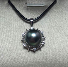Tahitian black pearls, 18K gold, white sapphire necklace. Pearl diameter: 11.6 mm
