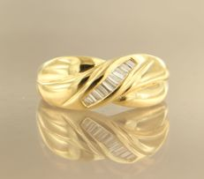 18 kt yellow gold ring set with baguette/taper cut diamonds of approx. 0.20 ct in total, ring size 17 (53)