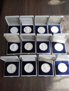 Lot with 12 Meissen porcelain medallions. In original packaging, some come with a certificate of authenticity