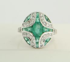 14 kt white gold ring set with emerald and 28 single cut diamonds, ring size 17.25 (54)