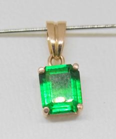 Pendant in 18 kt yellow gold with an emerald