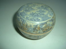 A Chinese blue and white porcelain medicine box with flower and landscape decoration - 73 mm x 57.2mm