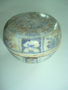 A Chinese blue and white porcelain medicine box with flower decoration - 75 mm x 57.5mm