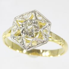Bicolour gold ring with diamonds set in star-shaped openwork, 1920