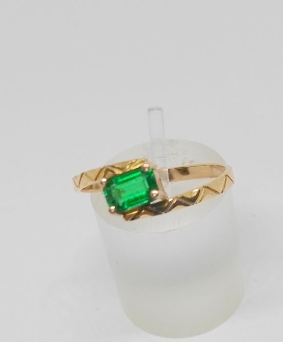 cocktail ring in 18 kt yellow gold with emerald
