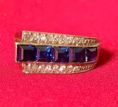 Art Deco style ring from the 1930s, in platinum with 5 carré cut sapphires and 16 huit-huit cut diamonds