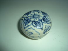 A Chinese blue and white porcelain medicine box - 50 mm x 37.2mm
