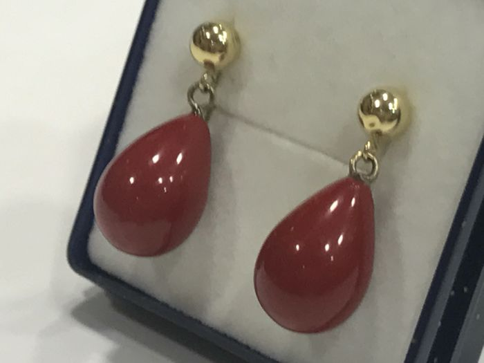 Long earrings made of 18 kt gold with Mediterranean Coral