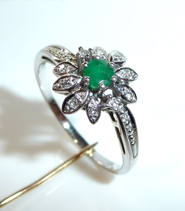 Ring made of 14kt white gold like a flower: 0.30 ct Emerald + 10 diamonds, ring size 59 / 18.8mm