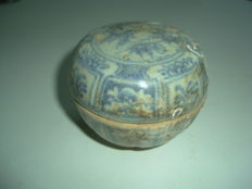 A Chinese blue and white porcelain medicine box with flower and landscape decoration - 73,1 mm x 59mm