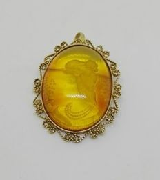 Amber cameo on 18 kt yellow gold brooch