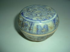 A Chinese blue and white porcelain medicine box with flower decoration - 74 mm x 58mm