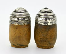 Pair of sterling silver and wood salt / pepper shakers, London 1938, JLC