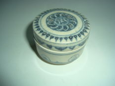 A Chinese blue and white porcelain medicine box with flower motifs - 47,2 mm x 35mm