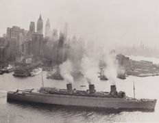 Unknown/ AP - Queen Mary enters war service, 1940 & Unknown/ ACME - Liner Caronia enters New York harbor, 1949