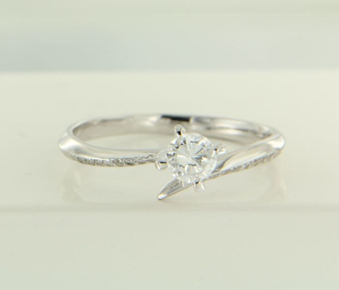 14 kt white gold wavy ring set with 20 brilliant cut diamonds of approx. 0.38 ct in total – ring size 17.25 (54) ****No reserve price****