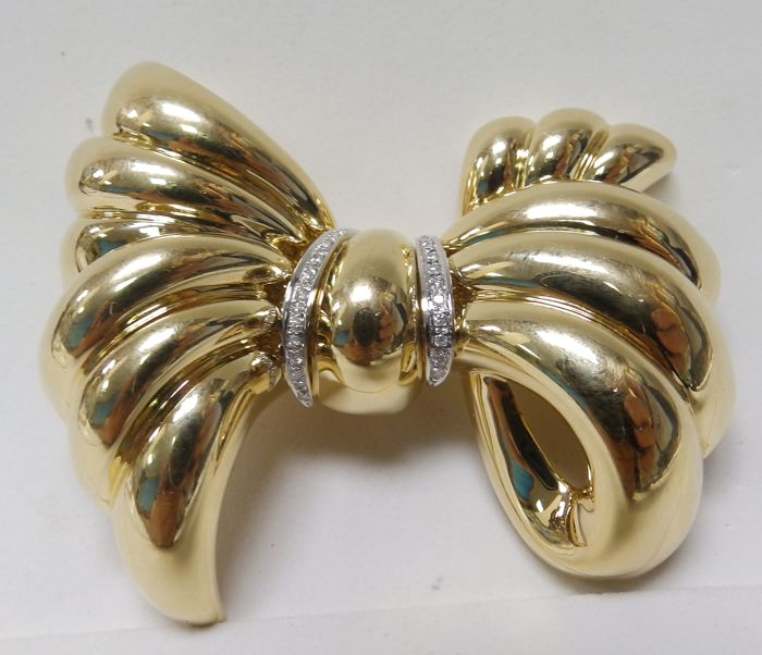 Bow-shaped brooch, of bi-colour 18 kt Gold and 27 Brilliant cut Diamonds of 0.25 ct.