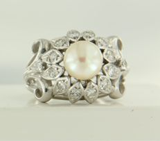 14 kt white gold ring set at the centre with a cultured pearl and 14 single cut diamonds of approx. 0.50 ct in total ***NO RESERVE PRICE***