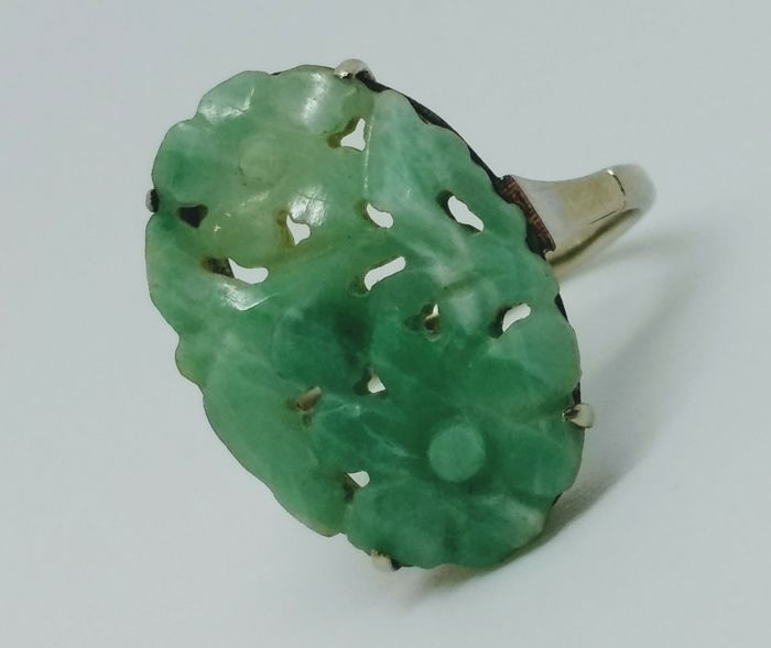 Early 20th century stunning 9ct white gold and Jade stone ring, detailed flower carving